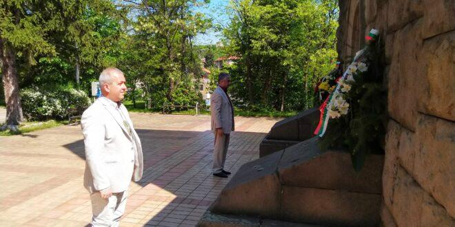 Д-р Пенев и Йордан Младенов поднесоха цветя пред паметника- костница