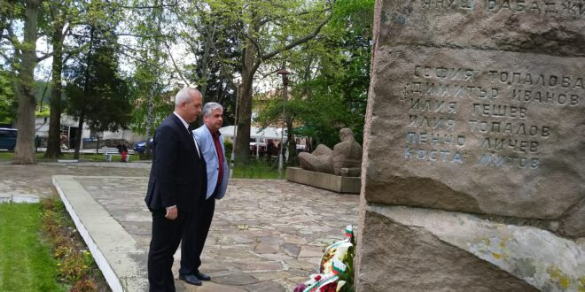 Д-р Пенев и кметът Младенов сведоха глави пред паметници в знак на признателност към героите