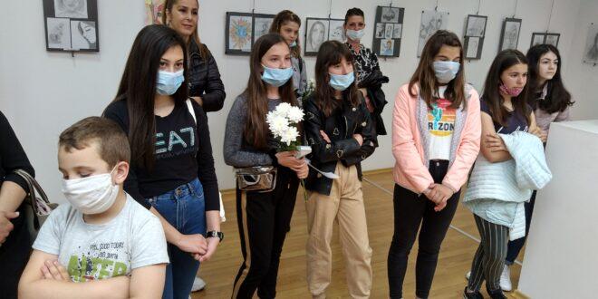 """Годишна изложба на ученици от ОУ """"П. Р. Славейков"""" събра техни приятели и почитатели"""