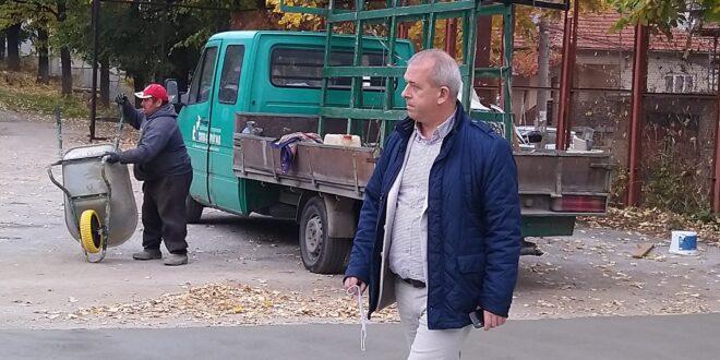 """Младенов инспектира строителната площадка за изграждане и оборудване на мини футболно игрище в ПГХВТ """" Ат. Ченгелев"""" и комбинирано игрище за баскетбол и волейбол"""