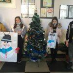 """Ученици от ОУ """" П. Р. Славейков"""" раздадоха първата порция любов от работилницата на дядо Коледа"""