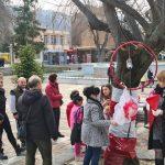 Малчугани украсиха с мартеници дървета в центъра на Пещера