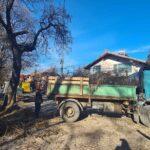 Кастрят сухите клони на дърветата по улиците, градинки и зони за отдих в Ракитово