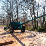 Изпълнено : Поставиха две оръдия до Паметника – костница в Пещера