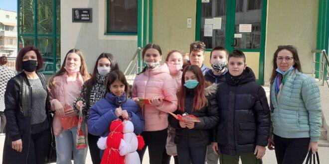 """Ученици от ОУ """"Св. Патриарх Евтимий"""" подариха картички и мартеници на лекарите"""