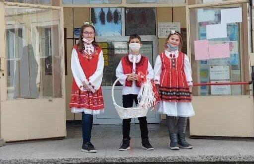 """Бяла и червена нишка от ОУ """" П. Р. Славейков"""""""