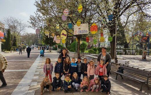 """Малчуганите от ДГ """"Сокола"""" украсиха с великденски символи едно от дръвчетата в центъра"""