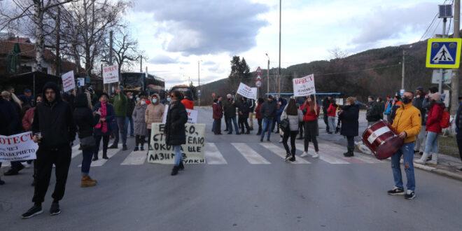 Блокираха за кратко главния път към Велинград