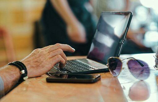 Възрастни хора от Радилово свободно боравят с Интернет и мобилен телефон